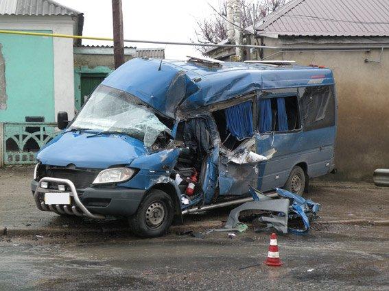 На Николаевщине КамАЗ «разворотил» маршрутку - 8 пострадавших (ФОТО) (фото) - фото 3