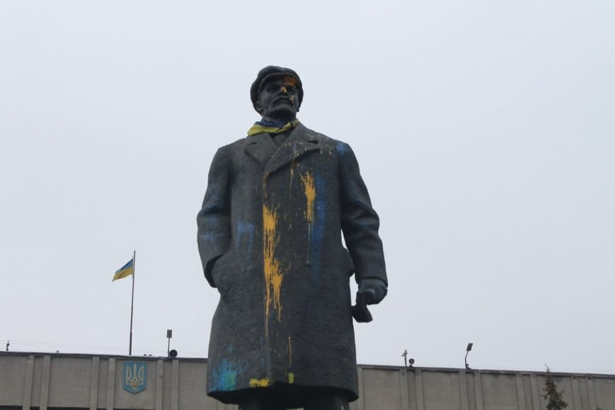 В Славянске вновь обстреляли краской памятник Ленину. ФОТО (фото) - фото 1