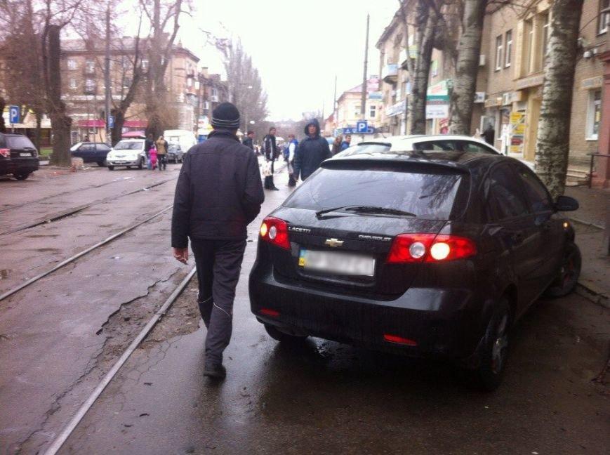 В Запорожье горожане передвинули авто, преградившее проезд трамваю (ФОТО) (фото) - фото 1