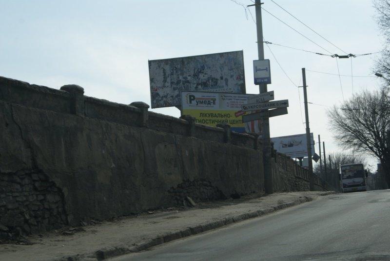 У Тернополі поблизу залізничного вокзалу комунальники ремонтують підпірну стіну (фото) (фото) - фото 1