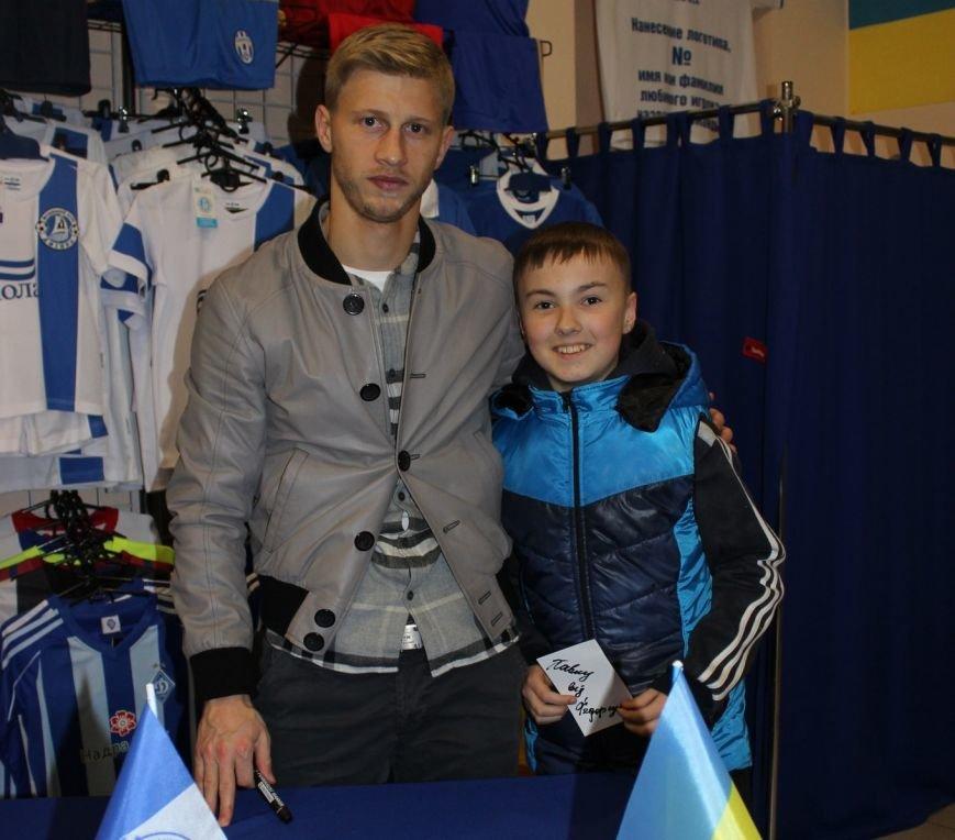 Днепродзержинцы встретились с игроком «Днепра» на автограф-сессии (фото) - фото 3
