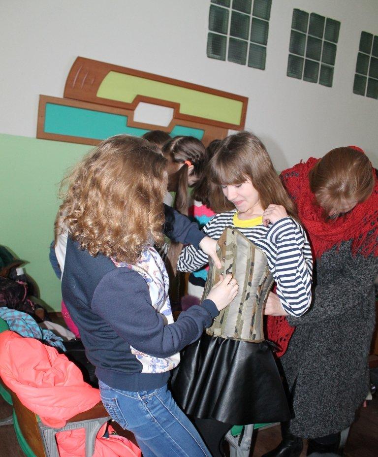 Артемовских школьников учили конструировать одежду из подручных материалов, ходить по «красной дорожке» и позировать фотографам, фото-5