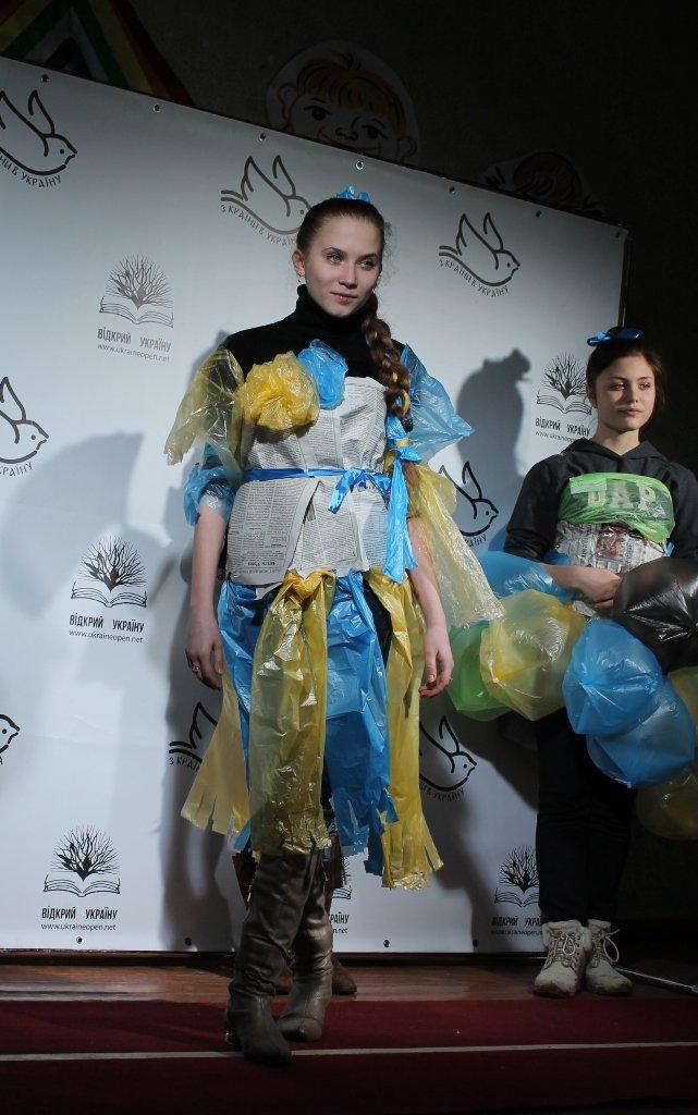 Артемовских школьников учили конструировать одежду из подручных материалов, ходить по «красной дорожке» и позировать фотографам, фото-19