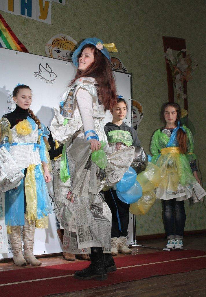 Артемовских школьников учили конструировать одежду из подручных материалов, ходить по «красной дорожке» и позировать фотографам, фото-15