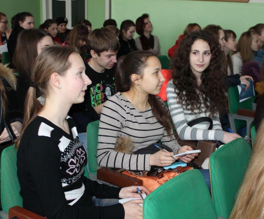 Артемовских школьников учили конструировать одежду из подручных материалов, ходить по «красной дорожке» и позировать фотографам, фото-3