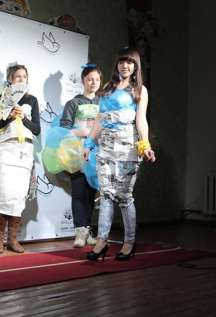 Артемовских школьников учили конструировать одежду из подручных материалов, ходить по «красной дорожке» и позировать фотографам, фото-18