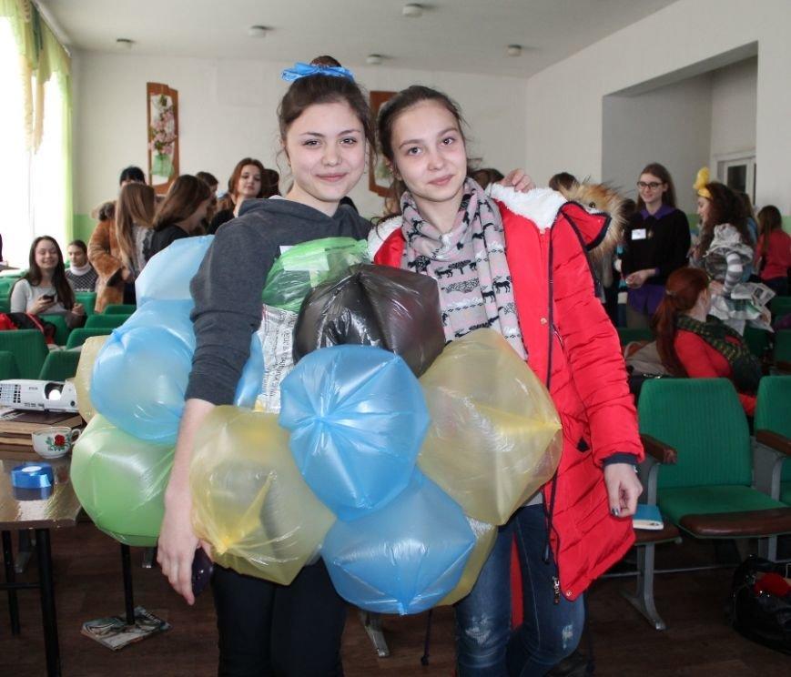 Артемовских школьников учили конструировать одежду из подручных материалов, ходить по «красной дорожке» и позировать фотографам, фото-13