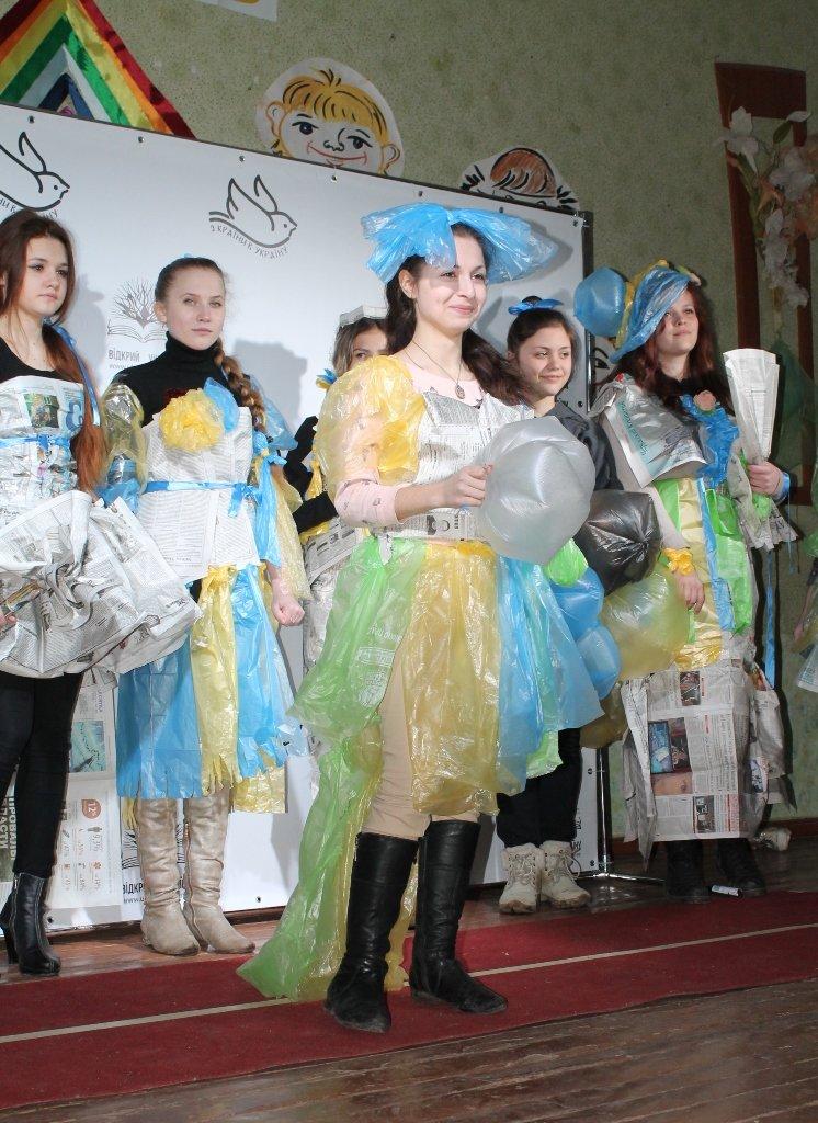 Артемовских школьников учили конструировать одежду из подручных материалов, ходить по «красной дорожке» и позировать фотографам, фото-17