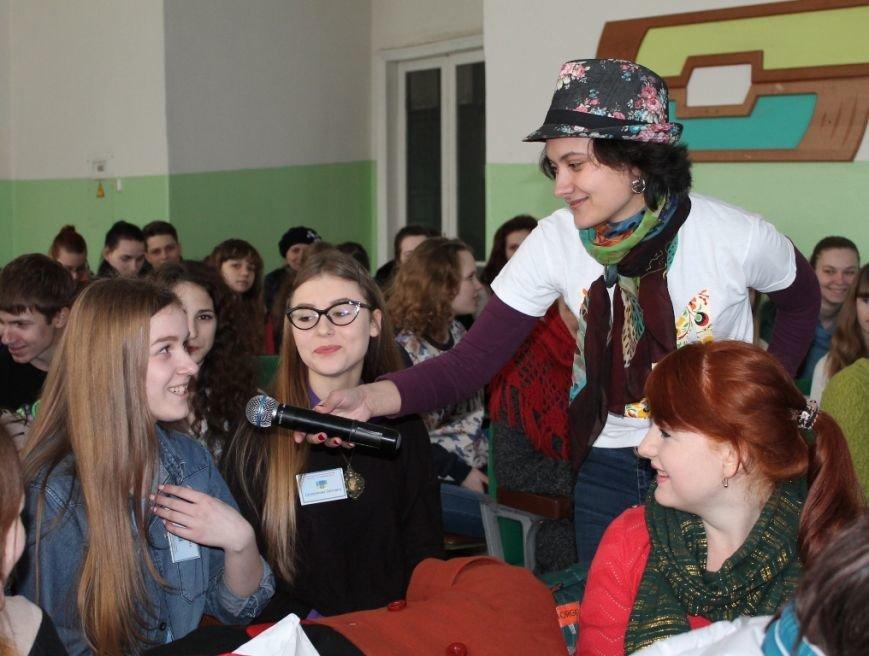 Артемовских школьников учили конструировать одежду из подручных материалов, ходить по «красной дорожке» и позировать фотографам, фото-1