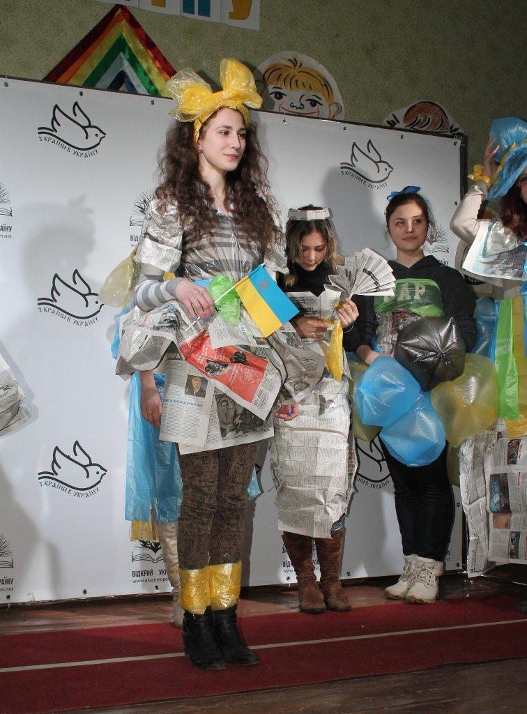 Артемовских школьников учили конструировать одежду из подручных материалов, ходить по «красной дорожке» и позировать фотографам, фото-16