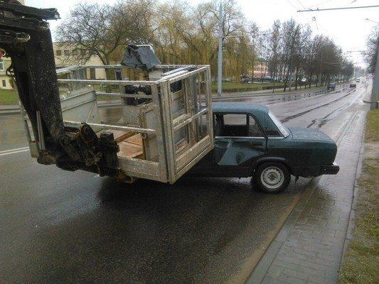 Фотофакт: на ул. Дзержинского строительный подъемник врезался в учебную «Ладу» (фото) - фото 5
