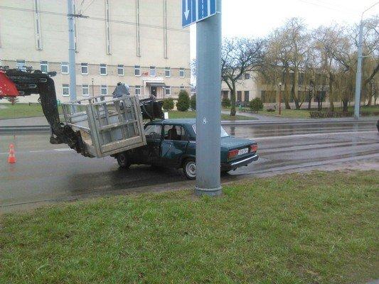Фотофакт: на ул. Дзержинского строительный подъемник врезался в учебную «Ладу» (фото) - фото 3