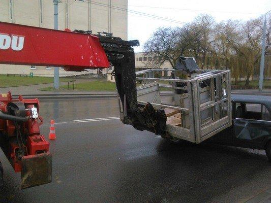 Фотофакт: на ул. Дзержинского строительный подъемник врезался в учебную «Ладу» (фото) - фото 4