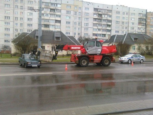 Фотофакт: на ул. Дзержинского строительный подъемник врезался в учебную «Ладу» (фото) - фото 2