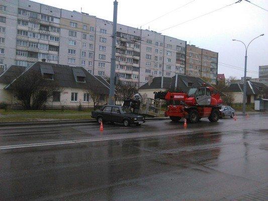 Фотофакт: на ул. Дзержинского строительный подъемник врезался в учебную «Ладу» (фото) - фото 1