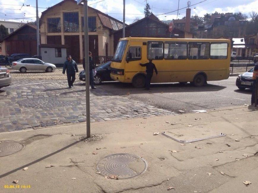 Ситуація на дорогах Львова: на вулиці Сахарова трапилась аварія за участю маршрутки (ФОТО), фото-3