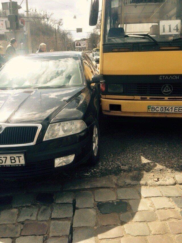 Ситуація на дорогах Львова: на вулиці Сахарова трапилась аварія за участю маршрутки (ФОТО), фото-2