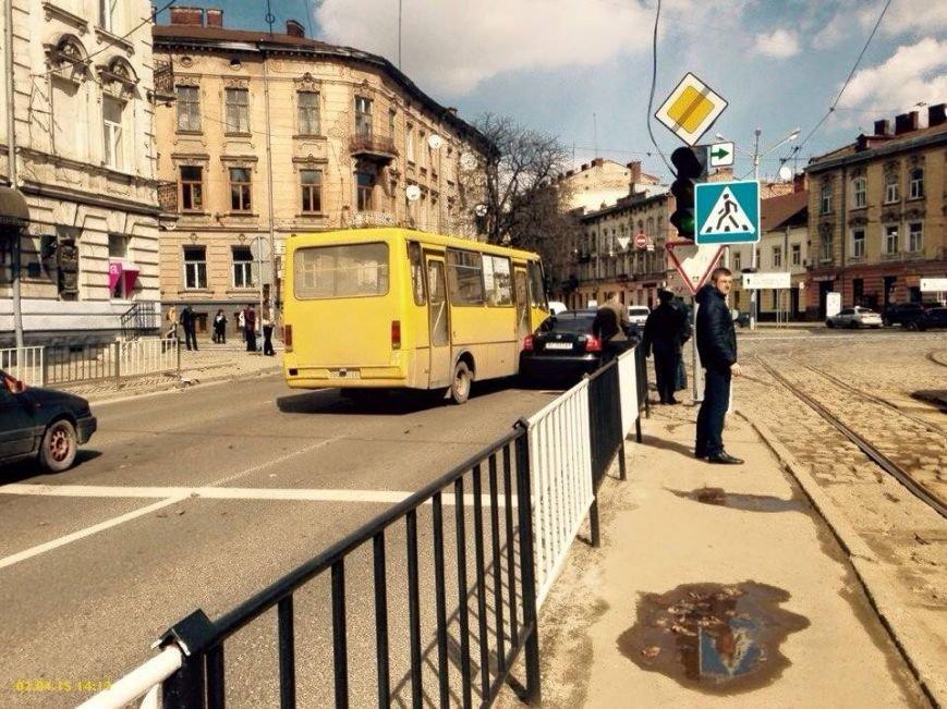Ситуація на дорогах Львова: на вулиці Сахарова трапилась аварія за участю маршрутки (ФОТО), фото-1