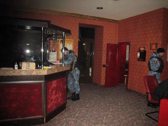 Устанавливается владелец незаконного подпольного казино в центре Одессы (фото) - фото 1