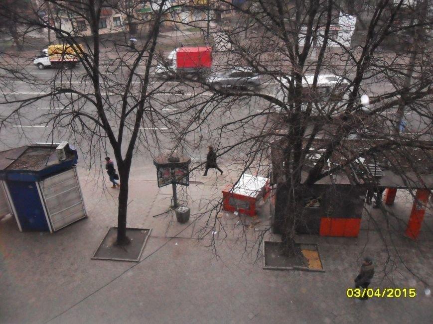 В Кривом Роге шквальным ветром сдуло холодильник, забитый пивом (ФОТОФАКТ) (фото) - фото 1