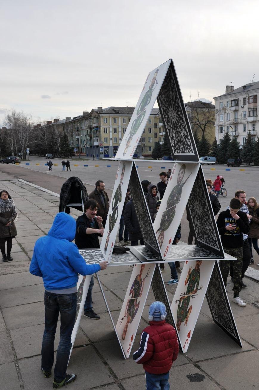 На главной площади Краматорска разрушили карточный домик из террористов (ВИДЕО), фото-2