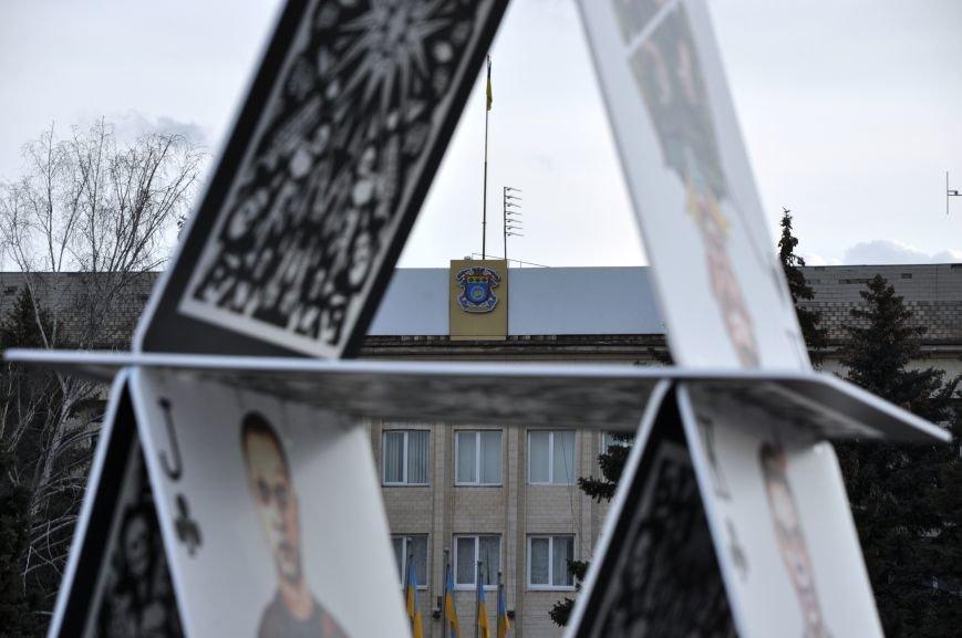 На главной площади Краматорска разрушили карточный домик из террористов (ВИДЕО), фото-5