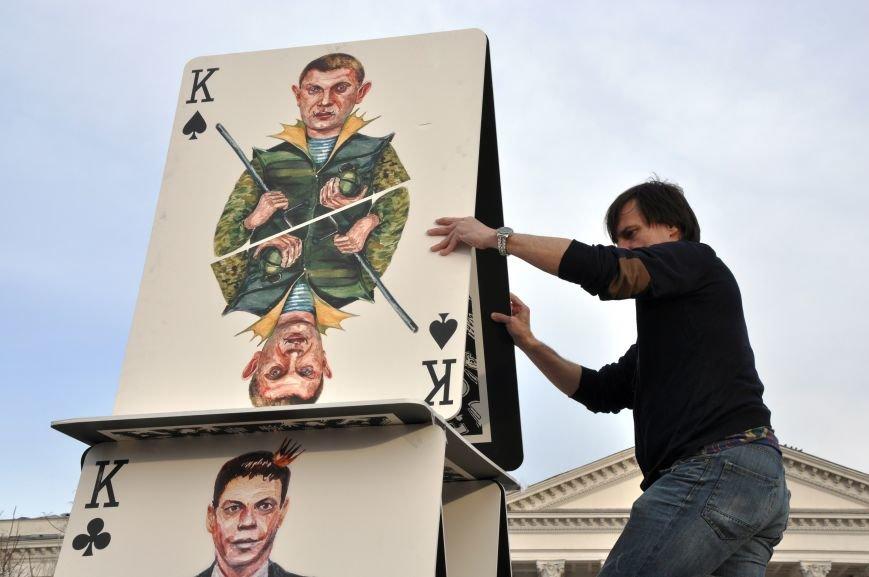 На главной площади Краматорска разрушили карточный домик из террористов (ВИДЕО), фото-1