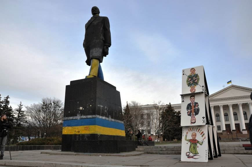 На главной площади Краматорска разрушили карточный домик из террористов (ВИДЕО), фото-3