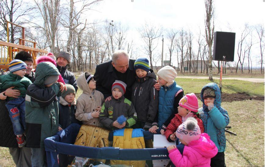 Губернатор Кихтенко открыл в Славянске детскую площадку для детей-переселенцев. ФОТО (фото) - фото 1