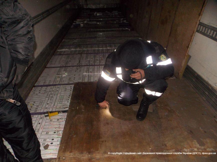 Буковинські прикордонники запобігли черговій контрабанді цигарок (фото) - фото 1