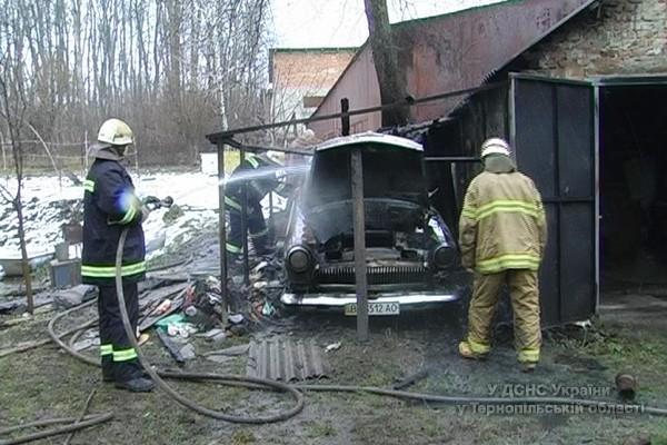 У Тернополі вщент згорів «ретро» автомобіль (фото) (фото) - фото 1