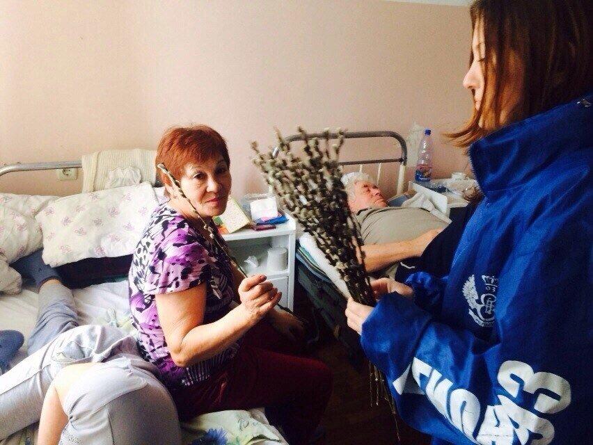 Волонтеры несут освященные веточки вербы в больницы (фото) - фото 1