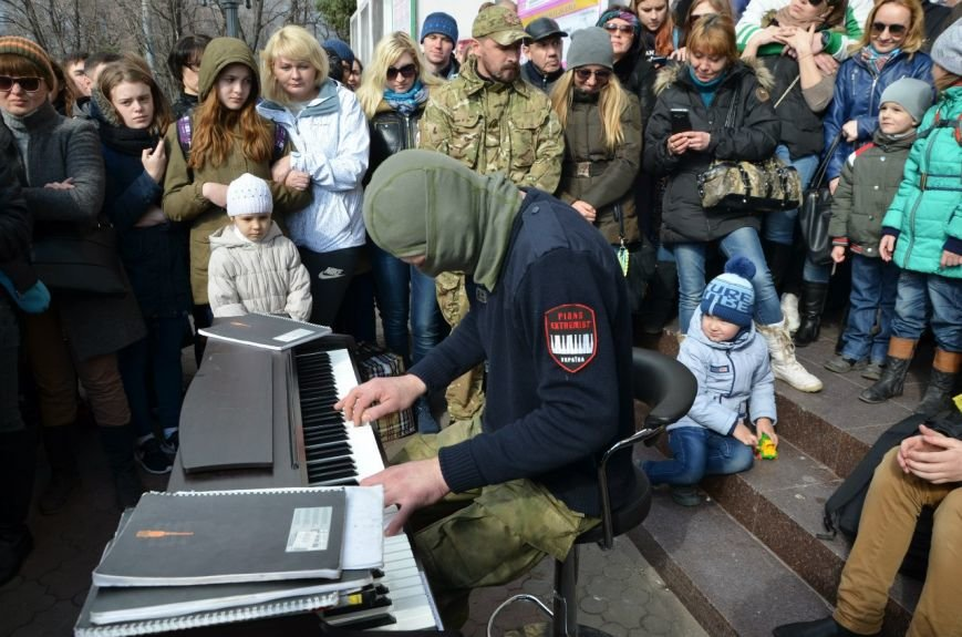 Пианист-«экстримист» отыграл для мариупольцев (ФОТО) (фото) - фото 1