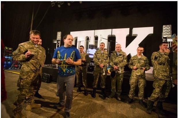 Николаевские десантники подарили подарок популярной группе «ТІК»