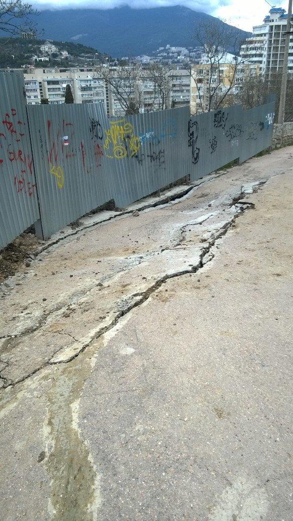 В Ялте по ул. Таврической идет обрушение дороги; жители утверждают - из-за строительства (фото) - фото 1