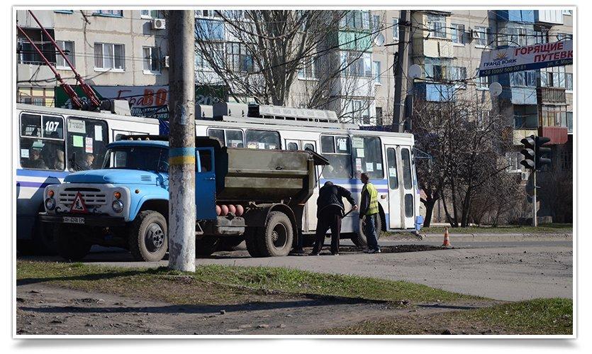 В Славянске начали латать дыры на дорогах (фотофакт) (фото) - фото 3