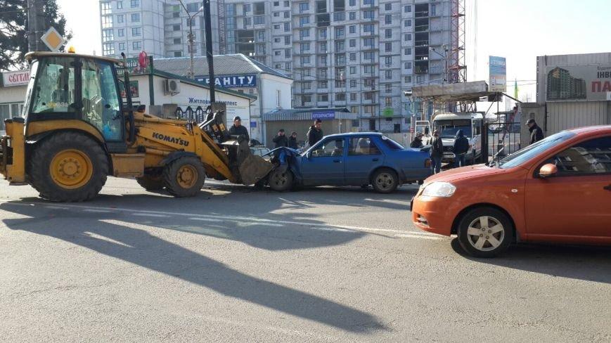 У Тернополі екскаватор в'їхав у легківку (фотофакт) (фото) - фото 1