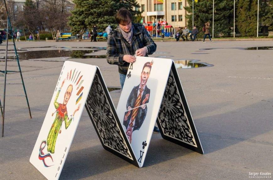 В Славянске разрушали карточный дом с изображениями главных сепаратистов (фотофакт), фото-2