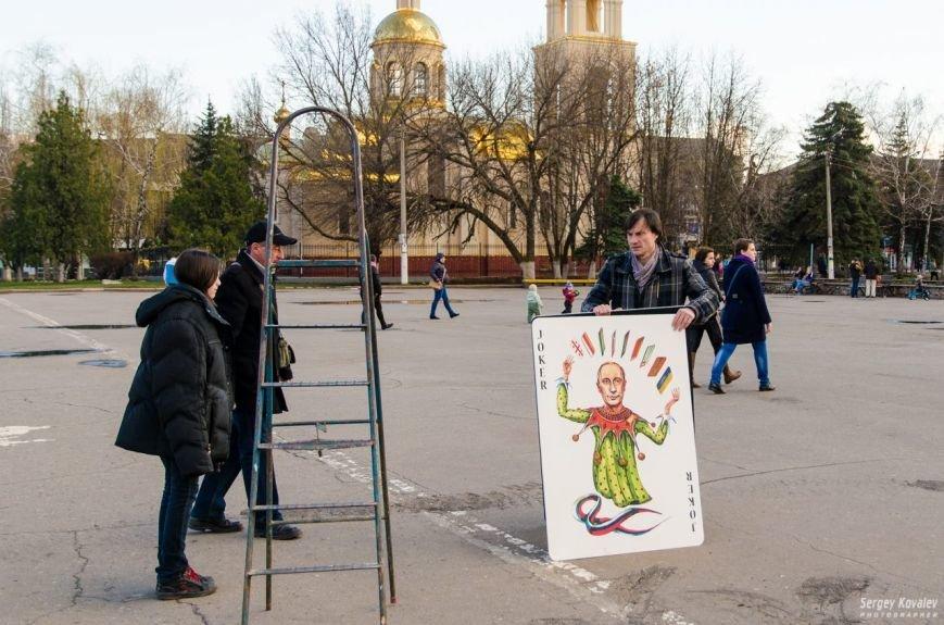 В Славянске разрушали карточный дом с изображениями главных сепаратистов (фотофакт), фото-1