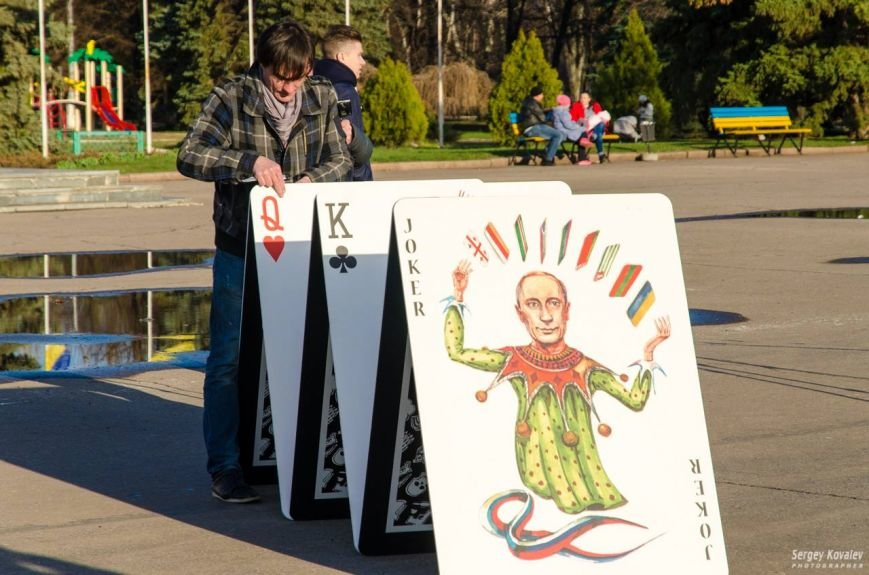 В Славянске разрушали карточный дом с изображениями главных сепаратистов (фотофакт), фото-4