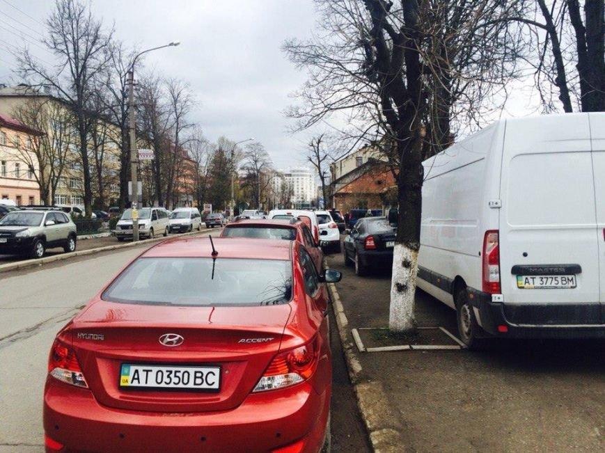 Франківські водії паркуються на тротуарах, щоб не платити 2 грн за стоянку - Тарас Кобець (ФОТОФАКТ), фото-2