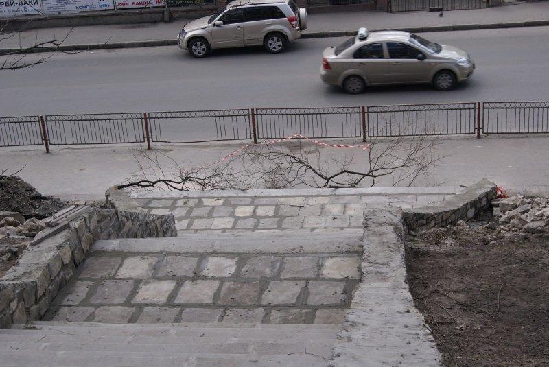 Як проходить ремонт центральних сходів по вул. Острозького? (фото) (фото) - фото 1