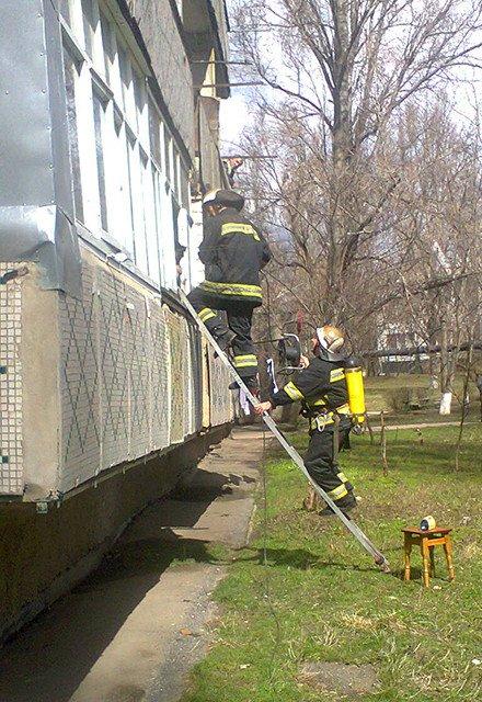 Николаевские спасатели вытащили из пылающей квартиры мать с двумя малышами (ФОТО) (фото) - фото 2