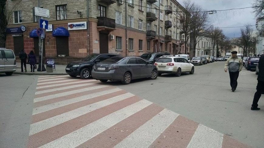 Тернопільські водії в центрі міста влаштували паркову у два ряди перед «зеброю» (фото) (фото) - фото 1