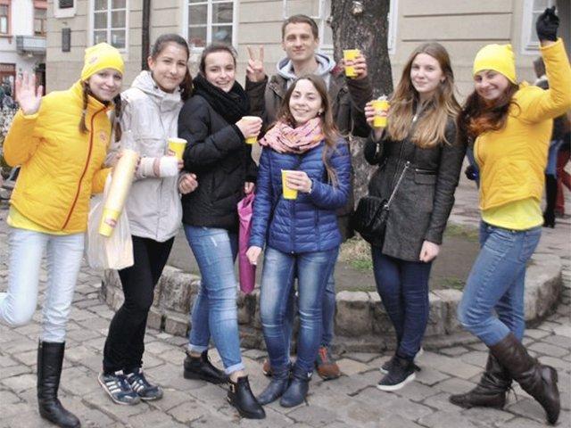 На вулицях міст України стало яскравіше (фото) - фото 1
