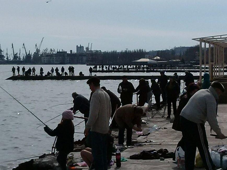 В Мариуполе наблюдается массовое поломничество к морю (ФОТОФАКТ) (фото) - фото 1