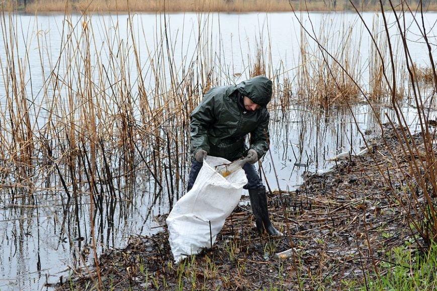 Запорожские рыбаки навели чистоту на Гребном канале (фото) - фото 1