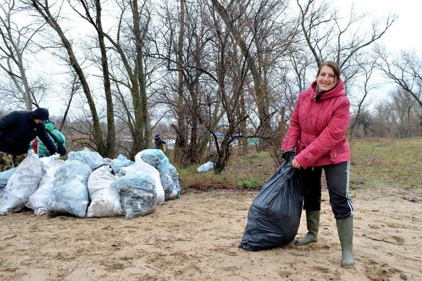 Запорожские рыбаки навели чистоту на Гребном канале (фото) - фото 2