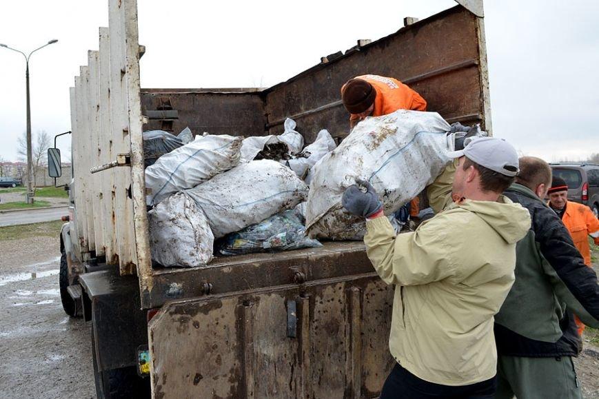 Запорожские рыбаки навели чистоту на Гребном канале (фото) - фото 3
