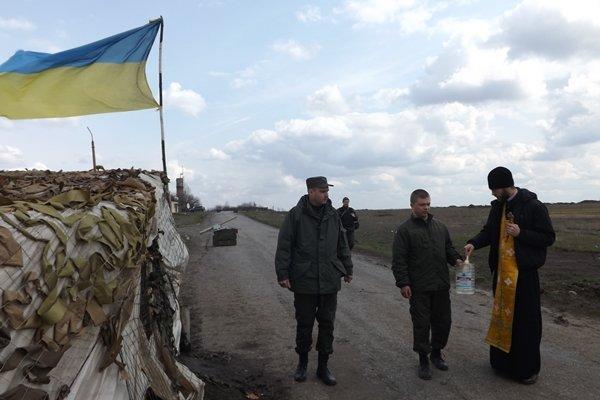 В Страстную Седьмицу капеллан посетил Карачун и блок-посты возле Славянска для проведения молебнов и освящения бойцов Нацгвардии. ФОТО (фото) - фото 1